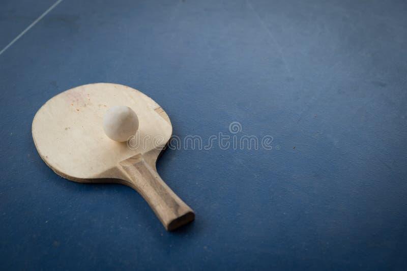 Ρακέτα της επιτραπέζιας αντισφαίρισης με την άσπρη σφαίρα στοκ εικόνες