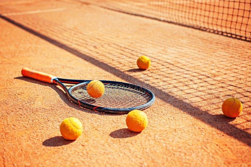 Ρακέτες και μπάλες του τένις στο έδαφος στοκ φωτογραφία