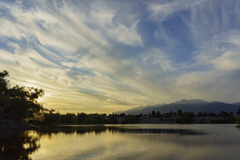 Ραμφίστε το οδικό πάρκο γύρω από το χρόνο ηλιοβασιλέματος στοκ εικόνες