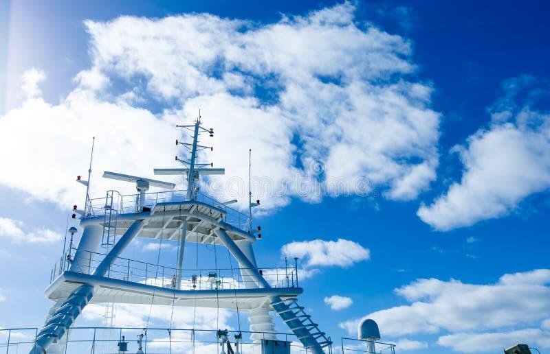 Ραντάρ στην κρουαζιέρα πολυτέλειας στις ακτίνες ήλιων στο υπόβαθρο μπλε ουρανού στοκ φωτογραφία με δικαίωμα ελεύθερης χρήσης