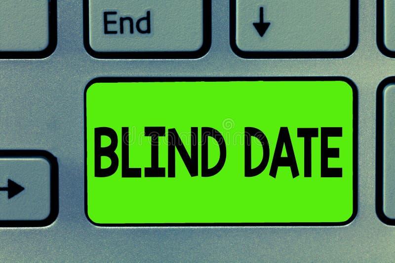 Ραντεβού στα τυφλά γραψίματος κειμένων γραφής Η έννοια που σημαίνει την κοινωνική δέσμευση με καταδεικνύοντας δεν έχει συναντηθεί στοκ φωτογραφία
