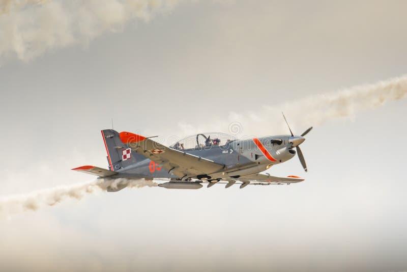 ΡΑΝΤΟΜ, ΠΟΛΩΝΙΑ - 23 ΑΥΓΟΎΣΤΟΥ: Ομάδα επίδειξης Orlik (Πολωνία) aerobatic στοκ εικόνες