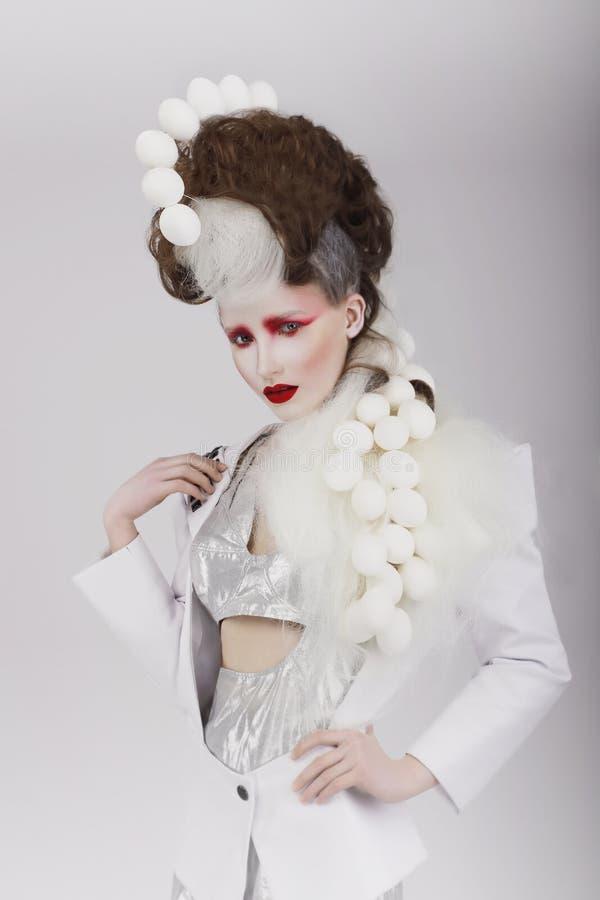 Ραπτικές Haute Η υπερβολική γυναίκα στο κοστούμι Cyber και θεατρικός τρίχα- στοκ εικόνα