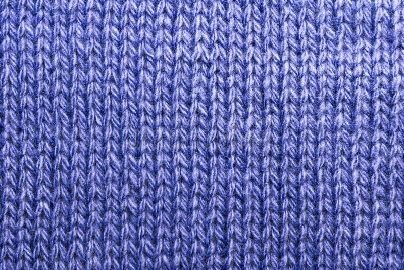 Ραπτική, χόμπι, πλέξιμο Υφαντικό ύφασμα υποβάθρου με ένα πλεκτό μπλε μ στοκ φωτογραφίες με δικαίωμα ελεύθερης χρήσης