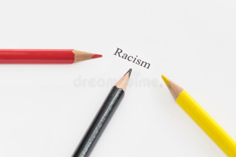 Ρατσισμός λέξης που περιβάλλεται από τα μολύβια στοκ εικόνα