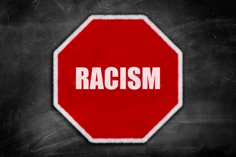 Ρατσισμός που γράφεται σε ένα σημάδι στάσεων σε έναν μαύρο πίνακα κιμωλίας στοκ φωτογραφία με δικαίωμα ελεύθερης χρήσης