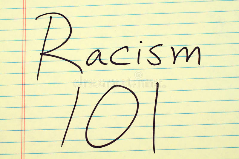 Ρατσισμός 101 σε ένα κίτρινο νομικό μαξιλάρι στοκ εικόνα με δικαίωμα ελεύθερης χρήσης