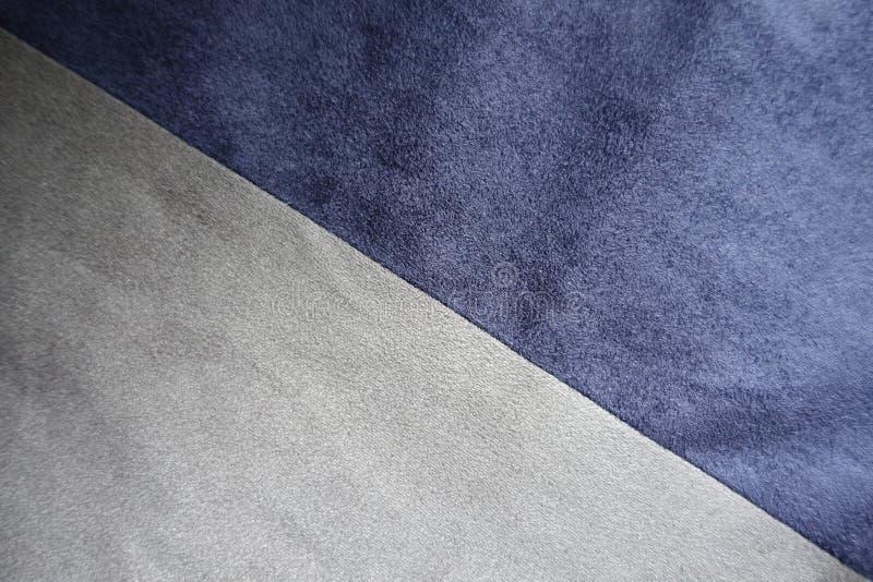 Ραφή μεταξύ της μπλε και γκρίζας τεχνητής διαγώνιοσς σουέτ στοκ εικόνα