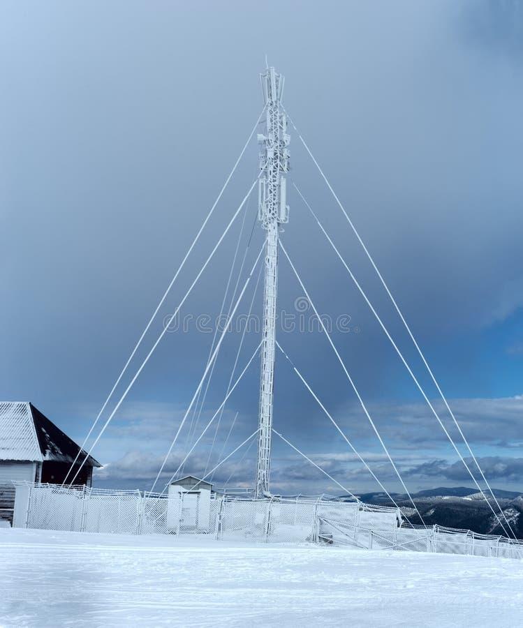 Ραδιο πύργος στο βουνό το χειμώνα στοκ φωτογραφίες