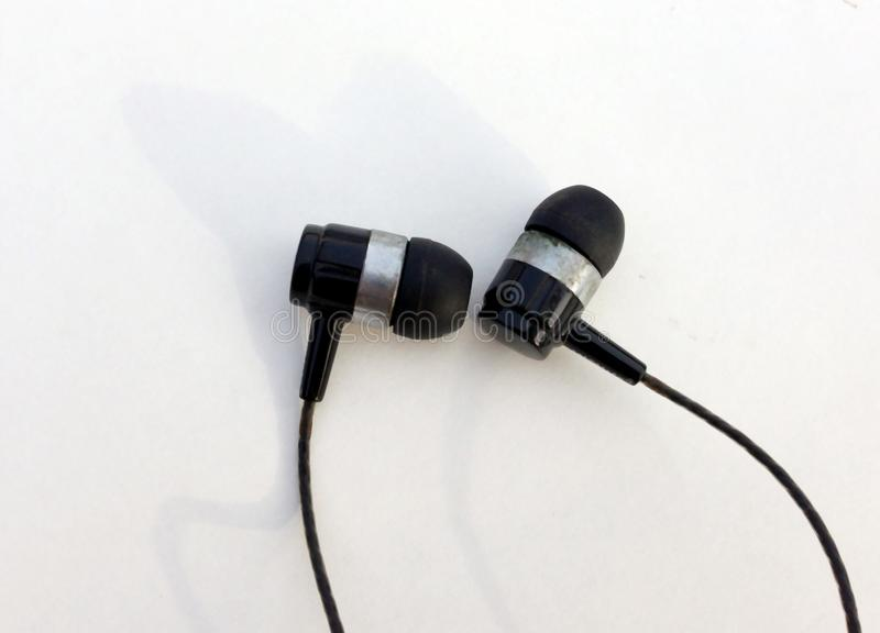Ρεαλιστικά ακουστικά, σχοινόδετα ακουστικά μουσικής o Συλλογή των στερεοφωνικών, σύγχρονων κεφαλιών ακουστικών εξοπλισμών στοκ φωτογραφία