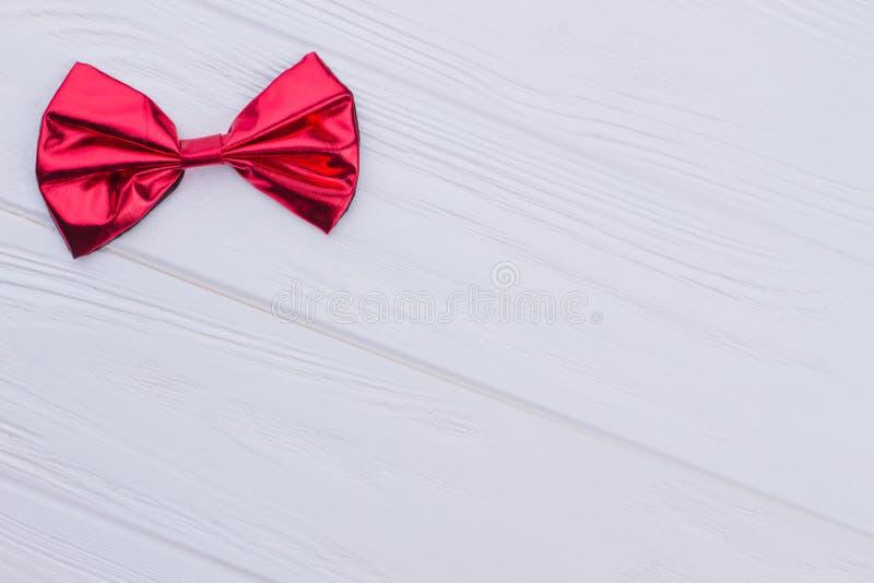 Ρεαλιστικός κόκκινος τόξο-δεσμός με το διάστημα αντιγράφων στοκ εικόνα