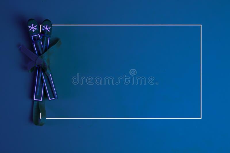 Ρετρό εποχής κόκκινο λευκό σκι σε κόκκινο φόντο, κενό διάστημα αντιγραφής για επιγραφή με πλαίσιο Κλασική μπλε pantone 2020 στοκ φωτογραφίες