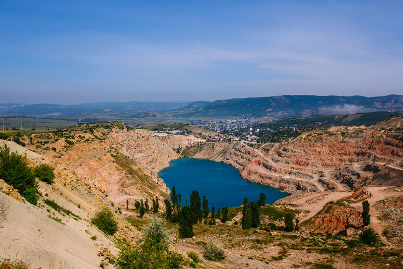 Ρευστοποιώντας λατομείο ασβεστόλιθων σε Balaklava Κριμαία στο σαφή καιρό το καλοκαίρι στοκ φωτογραφία με δικαίωμα ελεύθερης χρήσης