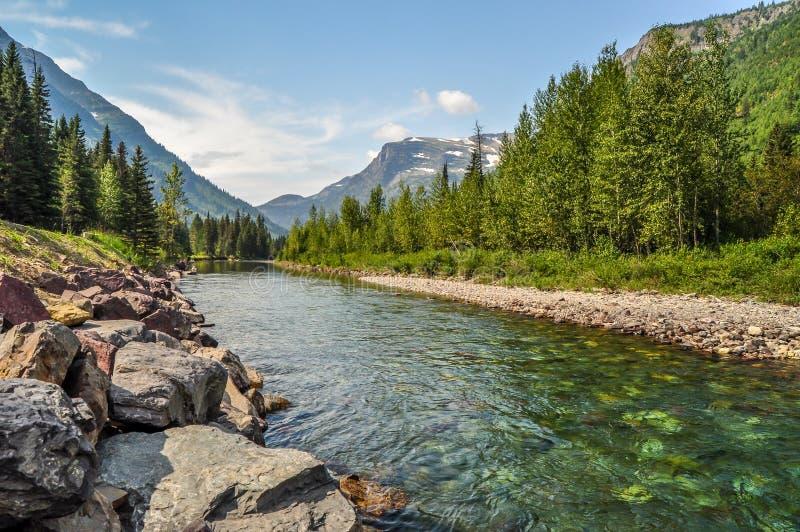 Ρεύματα βουνών ποταμών κάτω από υψηλό ανωτέρω στο εθνικό πάρκο παγετώνων στοκ φωτογραφία με δικαίωμα ελεύθερης χρήσης