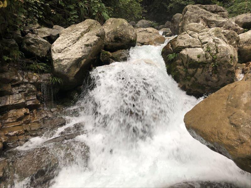 Ρεύμα παροξυσμού, ορμώντας ποταμός, τεράστιες πέτρες στοκ εικόνες