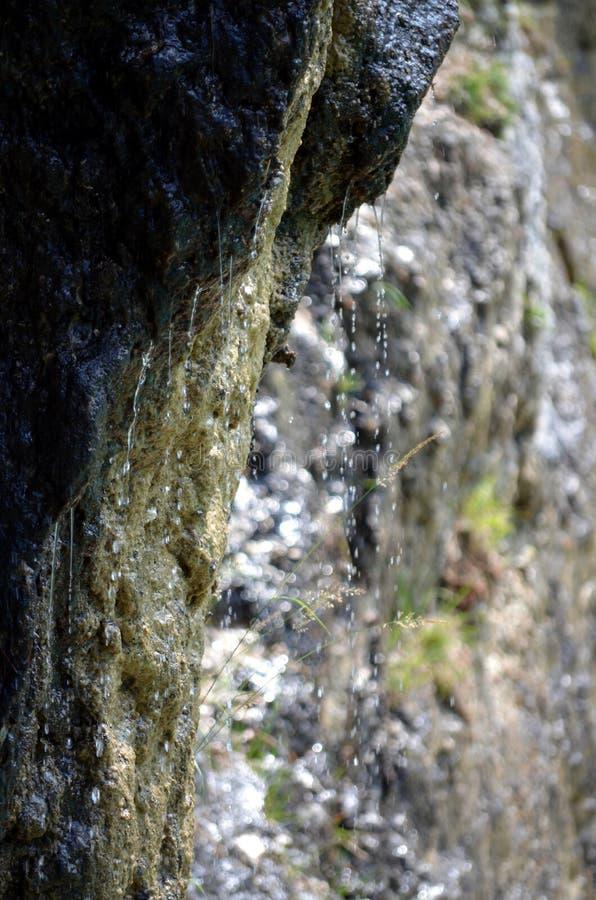 Download Ρεύμα που προέρχεται από τους βράχους των δολομιτών βουνών Στοκ Εικόνα - εικόνα από ανασκόπησης, ημέρα: 62721199