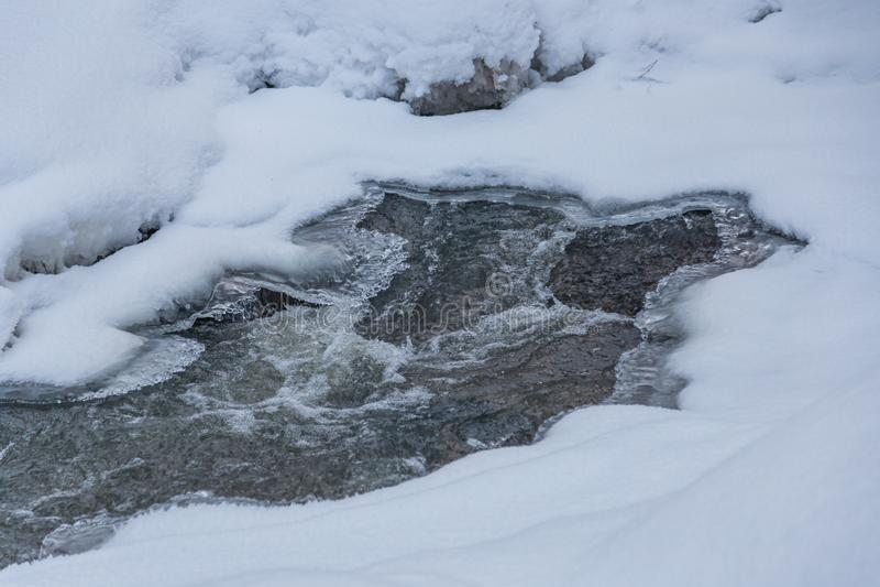Ρεύμα σε ένα μαγικό χειμερινό δάσος στη Παραμονή Χριστουγέννων, Altai, Ρωσία στοκ εικόνες
