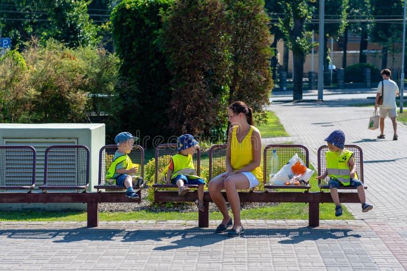 ΡΗΓΑ, ΛΕΤΟΝΙΑ - 27 ΙΟΥΛΊΟΥ 2018: Κίτρινο reflecti γυναικών και παιδιών στοκ φωτογραφία με δικαίωμα ελεύθερης χρήσης