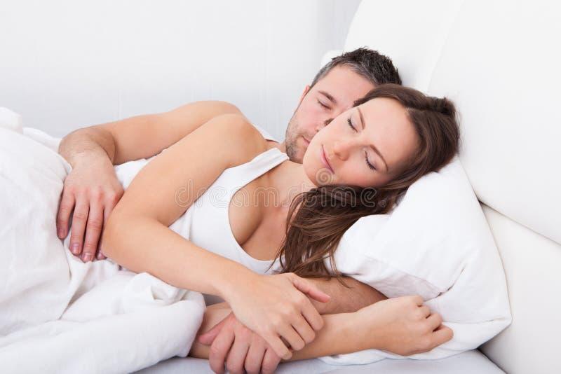 ρηχή γυναίκα ύπνου εστίασης πεδίων προσώπου βάθους ζευγών μαζί στοκ φωτογραφία