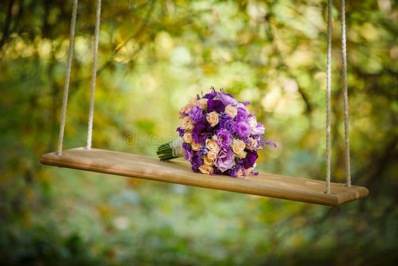 ρηχός γάμος εστίασης λουλουδιών πεδίων δεσμών βαθύς στοκ εικόνα