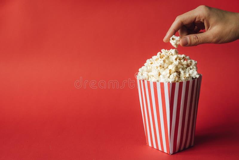 Ριγωτό κιβώτιο με popcorn στοκ φωτογραφία με δικαίωμα ελεύθερης χρήσης