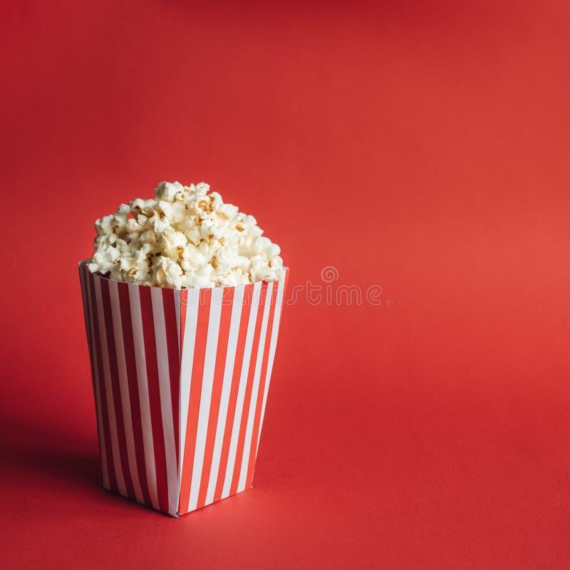 Ριγωτό κιβώτιο με popcorn στοκ φωτογραφίες με δικαίωμα ελεύθερης χρήσης