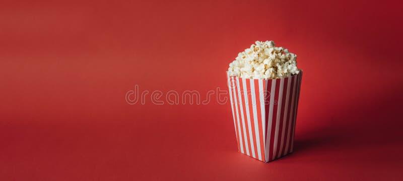 Ριγωτό κιβώτιο με popcorn στοκ εικόνες