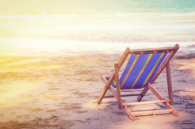 Ριγωτό deckchair στην ωκεάνια αμμώδη παραλία στοκ φωτογραφία με δικαίωμα ελεύθερης χρήσης