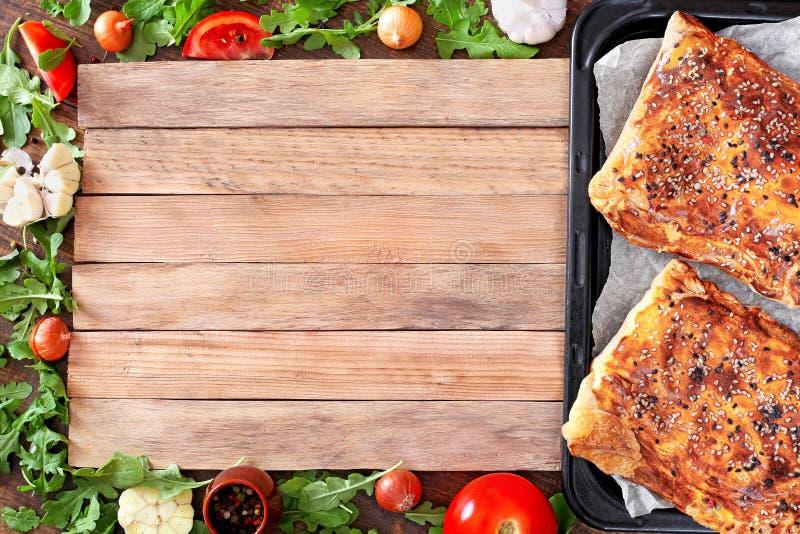 Ριπή με το κρέας και τυρί σε μια ξύλινη επιφάνεια στοκ εικόνα
