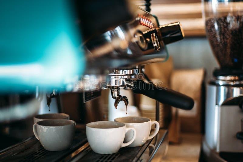 Ροές Espresso κάτω από τη μηχανή καφέ μέσα σε δύο φλιτζάνια του καφέ στοκ εικόνες με δικαίωμα ελεύθερης χρήσης