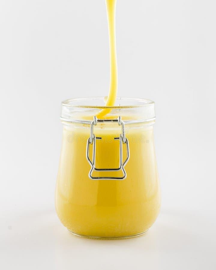 Ροή κάτω από το μέλι στο βάζο γυαλιού στοκ φωτογραφία