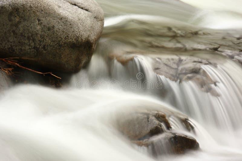 ροή πέρα από το ύδωρ βράχων στοκ φωτογραφία