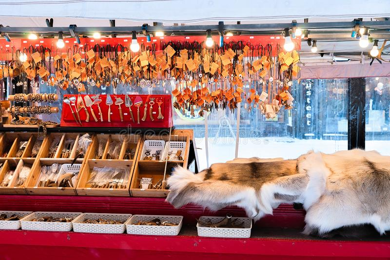 Ροβανιέμι, Φινλανδία - 2 Μαρτίου 2017: Αναμνηστικά χειμερινού Saami όπως η γούνα και τα κέρατα ταράνδων στη φινλανδική αγορά Χρισ στοκ φωτογραφίες με δικαίωμα ελεύθερης χρήσης