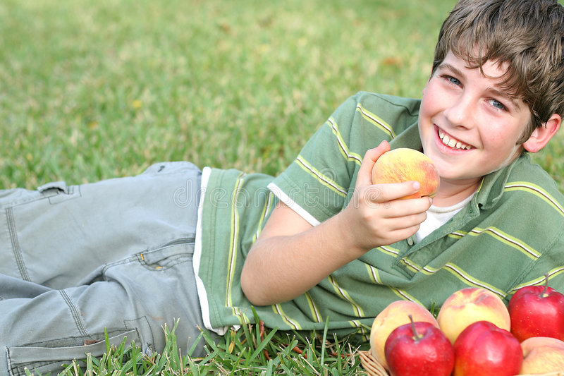 ροδάκινα αγοριών μήλων στοκ εικόνα με δικαίωμα ελεύθερης χρήσης
