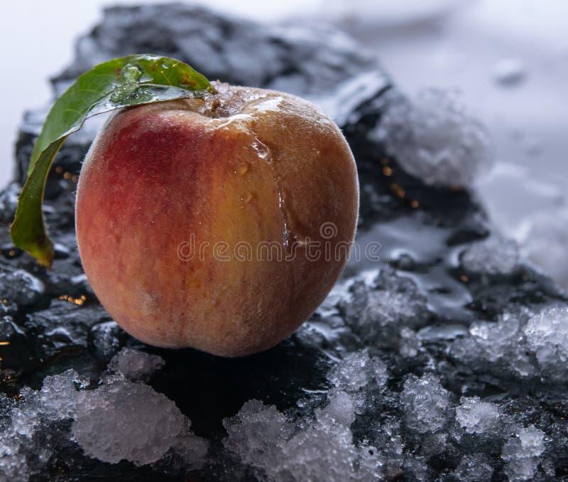 Ροδάκινο σε μια πέτρα με τον πάγο στοκ φωτογραφία με δικαίωμα ελεύθερης χρήσης