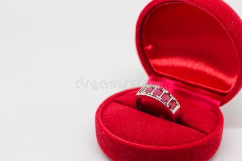 Ροδοκόκκινο δαχτυλίδι στο κόκκινο κιβώτιο κοσμημάτων στοκ φωτογραφία