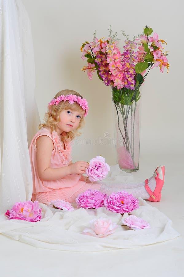 ροζ κοριτσιών φορεμάτων στοκ φωτογραφίες με δικαίωμα ελεύθερης χρήσης
