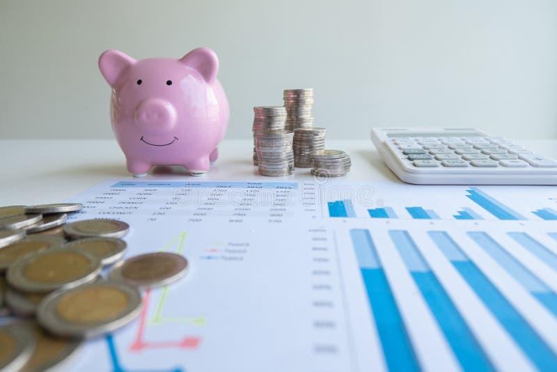 Ροζ κουμπαράς με γράφημα σωρών και αριθμομηχανή, εντατικοποιήστε τις αναπτυσσόμενες επιχειρήσεις στην επιτυχία και εξοικονομήστε  στοκ φωτογραφία με δικαίωμα ελεύθερης χρήσης