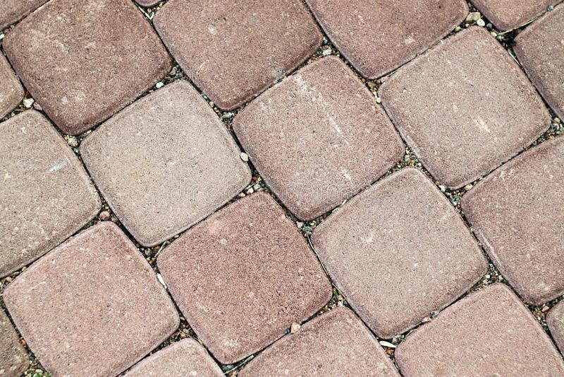 Ροζ τετράγωνο κεραμιδιών κάτω από την πέτρα ως υπόβαθρο στοκ φωτογραφία