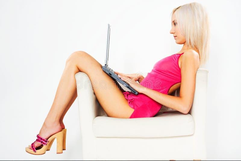 ροζ lap-top κοριτσιών φορεμάτων στοκ φωτογραφία με δικαίωμα ελεύθερης χρήσης