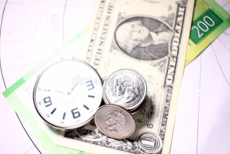 Ρολόγια, κινηματογράφηση σε πρώτο πλάνο χρημάτων, επένδυση χρημάτων χρήσης για να κερδίσει χρόνο και έννοια των πόρων στοκ εικόνα με δικαίωμα ελεύθερης χρήσης