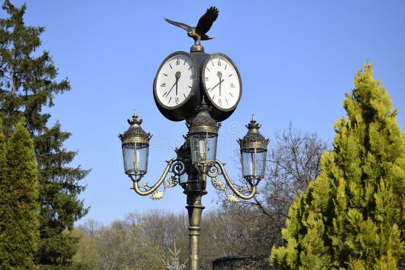 Ρολόι σε έναν λαμπτήρα οδών Ουκρανία, Kharkov, Feldman Ecopark στοκ εικόνα με δικαίωμα ελεύθερης χρήσης