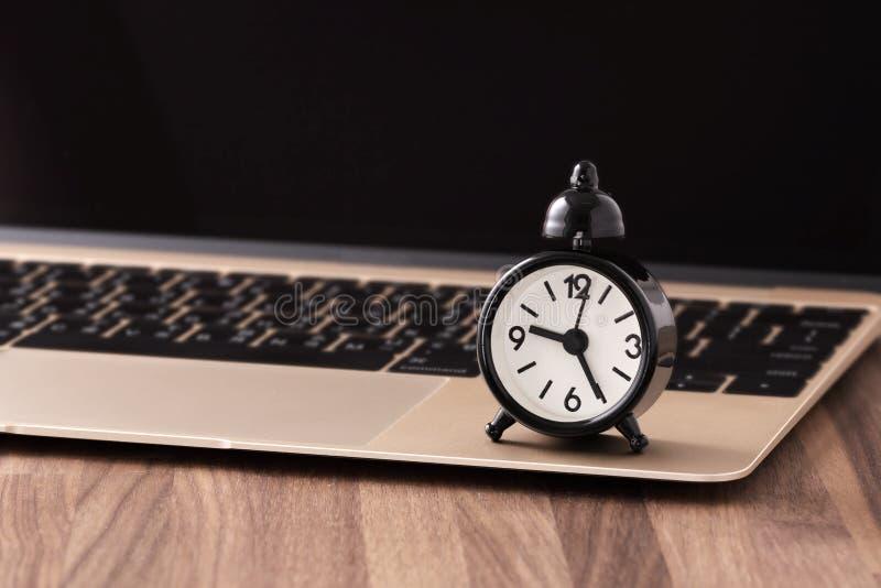 Ρολόι στην έννοια χρονικής διαχείρισης υπολογιστών στοκ εικόνα