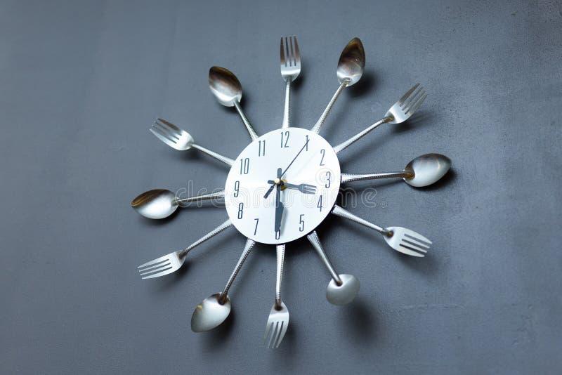 Ρολόι στην κουζίνα, μαχαιροπήρουνα στοκ φωτογραφία με δικαίωμα ελεύθερης χρήσης
