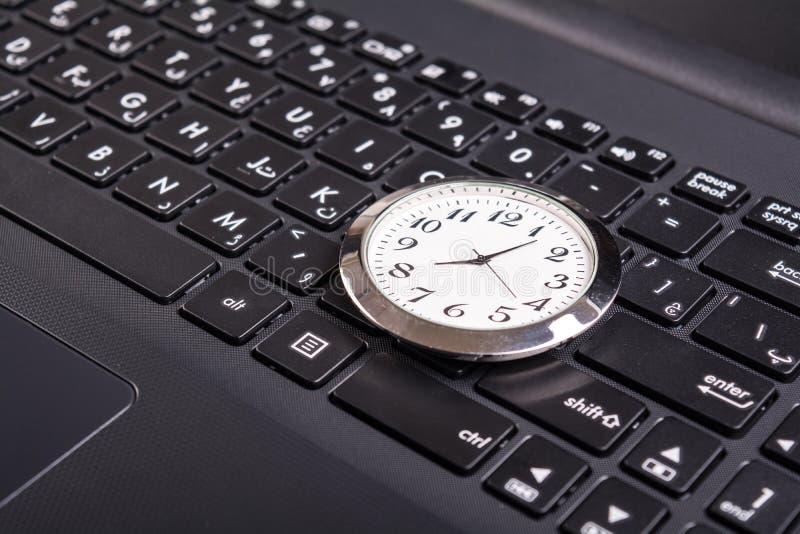 Ρολόι στο lap-top στοκ φωτογραφία με δικαίωμα ελεύθερης χρήσης