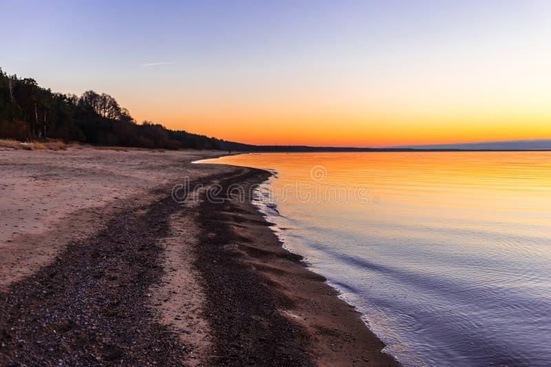 Ρομαντική άποψη ηλιοβασιλέματος πέρα από τη θάλασσα της Βαλτικής στοκ φωτογραφία