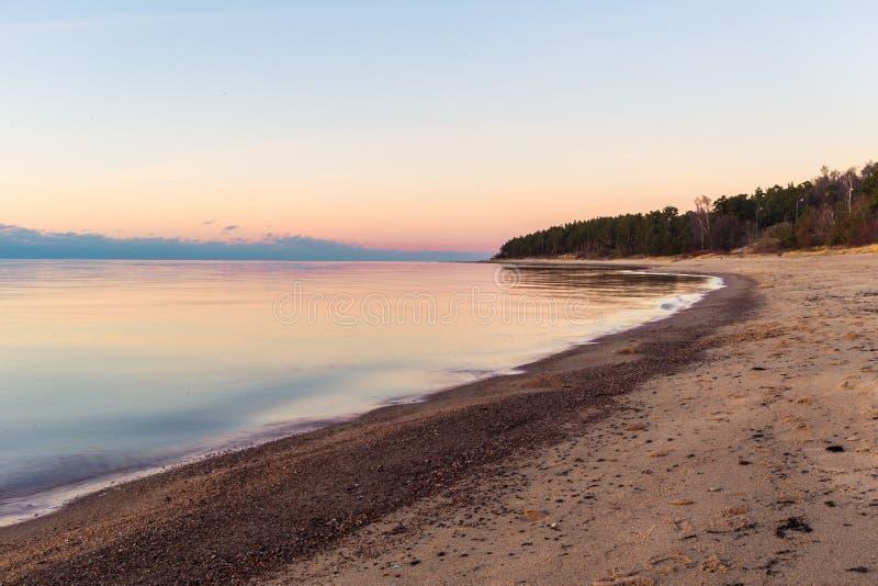 Ρομαντική άποψη ηλιοβασιλέματος πέρα από τη θάλασσα της Βαλτικής στοκ εικόνα