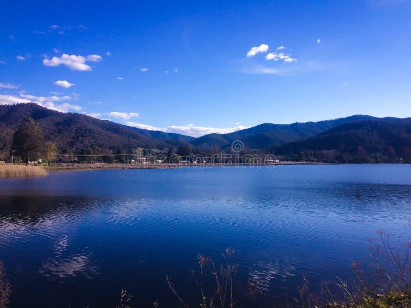 Ρομαντική άποψη της όμορφης ήρεμης λίμνης νερού με τα βουνά στον ορίζοντα στην περιοχή βουνών στην Αυστραλία στοκ εικόνες με δικαίωμα ελεύθερης χρήσης