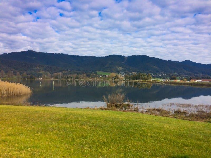 Ρομαντική άποψη της όμορφης μπλε λίμνης νερού στον ορίζοντα στην περιοχή βουνών στην Αυστραλία στοκ εικόνες