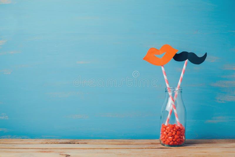 Ρομαντική ανασκόπηση ημέρας βαλεντίνου Αναδρομικά μπουκάλι και άχυρα με το έγγραφο mustache και τα χείλια στοκ φωτογραφία